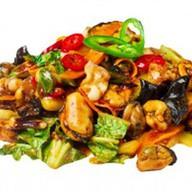 Морепродукты в соусе из черных бобов Фото