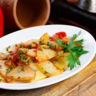 Картофель жареный с луком и томатом Фото