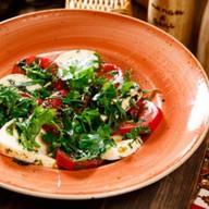 Салат по-грузинский с сыром с сулугуни Фото