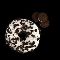 Пончик с шоколадным печеньем и кремом Фото