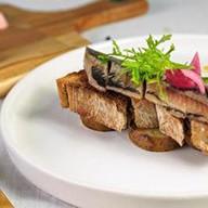 Сельдь на тосте из черного хлеба Фото