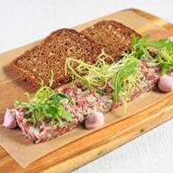 Тар-тар из говядины с черным хлебом Фото