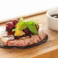 Стейк из тунца с соусом из лайма и вишни Фото