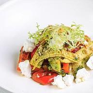Салат из печеных овощей с соусом песто Фото