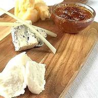 Трио сыров с вареньем из инжира Фото