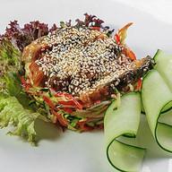 Салат в азиатском стиле с жареным угрем Фото