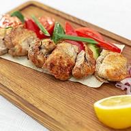 Шашлык из сома с овощным гарниром Фото