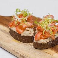 Брускетта с паштетом из тунца и томатами Фото