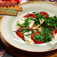 Салат по-грузински с сыром сулугуни Фото