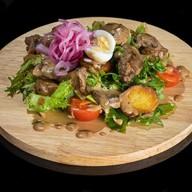 Салат с куриной печенью, соусом демиглас Фото