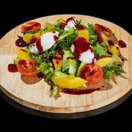 Салат сливочный сыр, малиновый соус Фото