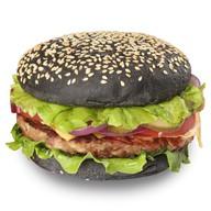 Гамбургер с черной булочкой Фото