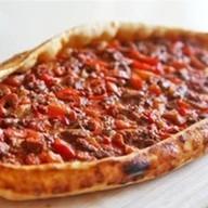 Пицца с бараниной в томатном соусе Фото