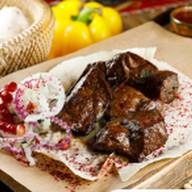 Шашлык из говяжьей печени на мангале Фото