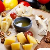 Ассорти из сыров с медом,кедровым орехом Фото