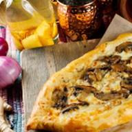 Пицца с шампиньонами и сыром Фото