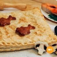 Пирог слоеный с красной рыбой и рисом Фото