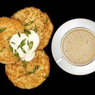 Завтрак с драниками Фото
