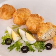 Профитроли с сыром, яйцом и чесноком Фото