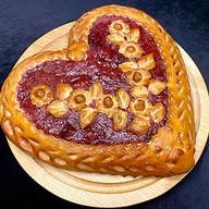 Пирог Сердце с клубникой Фото