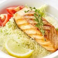 Стейк из лосося в соусе цезарь Фото