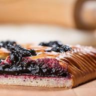 Пирог с черникой и ежевикой Фото