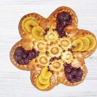 Пирог с абрикосом,вишней в форме ромашки Фото