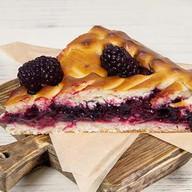Пирог с черной смородиной и ежевикой Фото