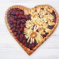 Пирог с вишней в форме сердца Фото