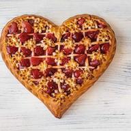 Пирог с клубникой в форме сердца Фото