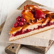 Пирог с клубникой и красной смородиной Фото