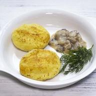 Биточки картофельные с грибным соусом Фото