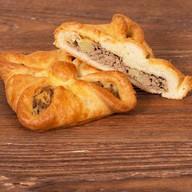 Пирожок с печенью и картофелем Фото