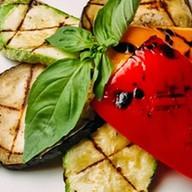 Овощи, жареные на лавовом гриле Фото