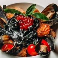 Черные спагетти с лососем,мидиями,икрой Фото