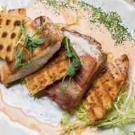 Томленый свиной бок и картофельная вафля Фото