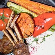 Каре ягненка с печеными овощами, испумой Фото