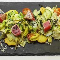 Салат с тихоокеанским тунцом yellow-finn Фото