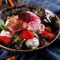 Салат с вяленой свеклой, пармой и кремом Фото