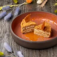 Медовик с соусом из ягод облепихи Фото