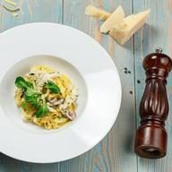 Паста с курицей и грибами в соусе Фото