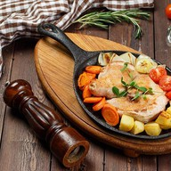 Курица запеченная с овощами Фото
