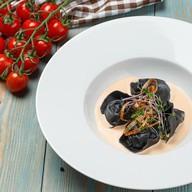Черные равиоли со спаржей и креветками Фото