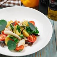 Теплый салат с кальмаром и картофелем Фото