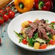 Теплый микс салат с ростбифом Фото