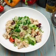 Теплый салат с кроликом и белыми грибами Фото