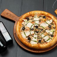 Пицца с куриным филе и грибами Фото
