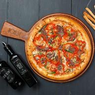 Пицца с говядиной и овощами Фото