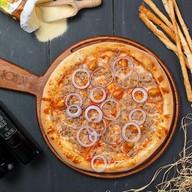 Пицца с тунцом и луком Фото