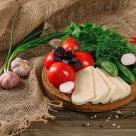 Овощная корзина с сыром сулугуни Фото